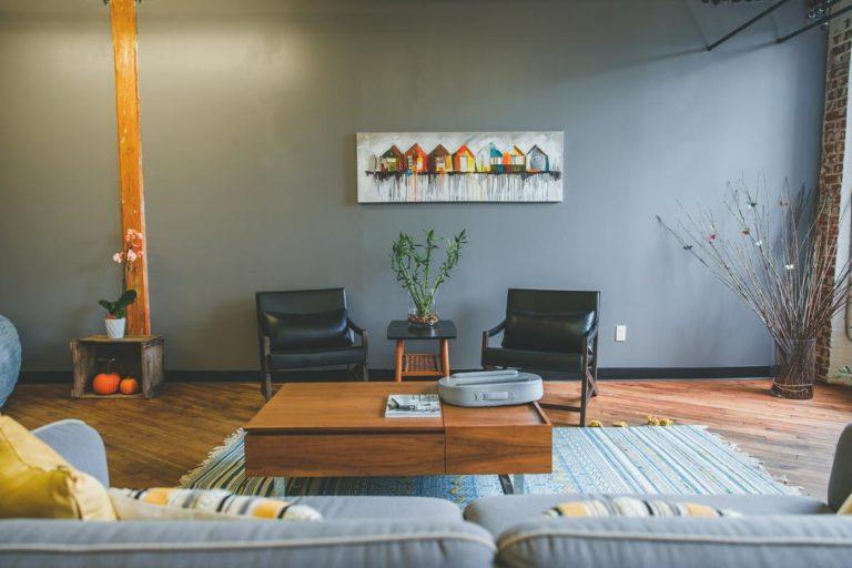 Podłoga drewniana jako szykowny element wystroju wnętrza w Gdańskich domach i mieszkaniach.